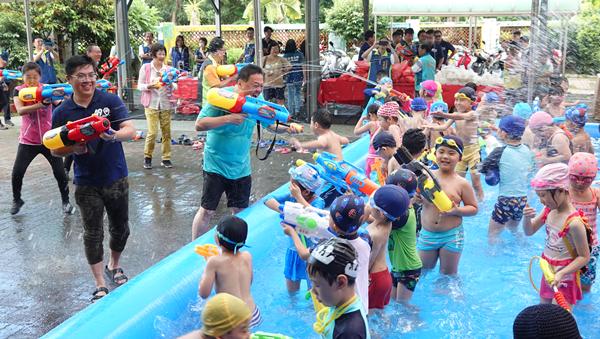 員林潑水節搶先幼兒園開戰 游振雄激戰小朋友玩到濕身嗨翻1.png