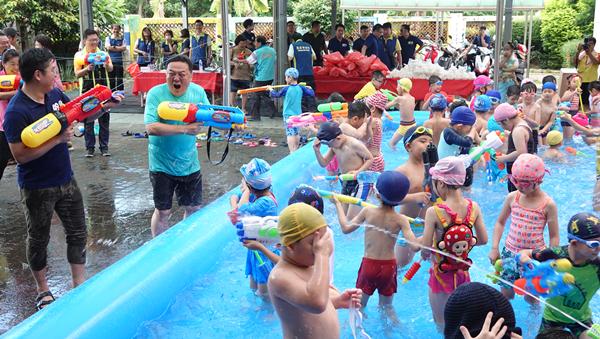 員林潑水節搶先幼兒園開戰 游振雄激戰小朋友玩到濕身嗨翻2.png