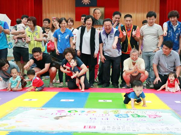 員林市舉辦寶寶爬行比賽 透過遊戲促進親子親密互動1.png