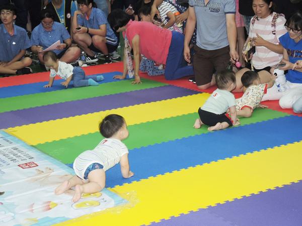 員林市舉辦寶寶爬行比賽 透過遊戲促進親子親密互動3.png