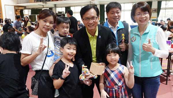 彰化市公所舉辦腳踏車馬賽克拼貼親子DIY創作 矽品公司贊助促進親子感情1.png