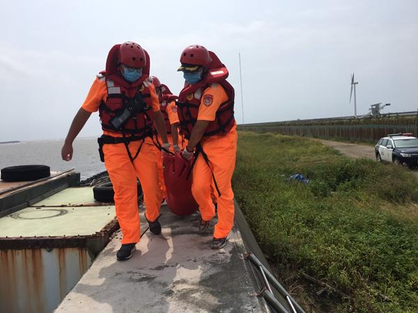 鹿港挖蛤蜊男子失蹤找到 魂斷消坡塊由海巡打撈大體上岸2.png