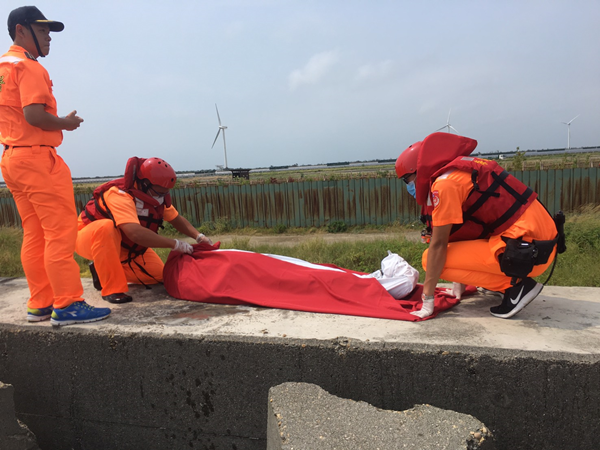 鹿港挖蛤蜊男子失蹤找到 魂斷消坡塊由海巡打撈大體上岸1.png