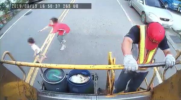 幼童衝過馬路遭車撞飛 陪媽媽倒完垃圾後驚險畫面曝光1.png