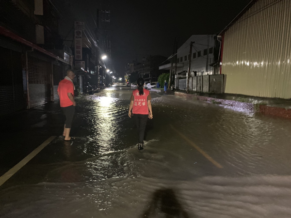 彰化整夜遭受暴雨轟炸淹水成災 彰化縣府持續關心水情監控協助1.png