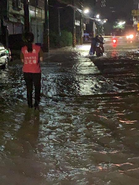 彰化整夜遭受暴雨轟炸淹水成災 彰化縣府持續關心水情監控協助2.png