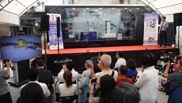 達文西微創手術系統行動體驗車展示 彰化秀傳醫院讓民眾了解醫療科技2.png