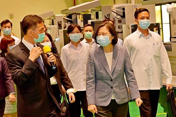 關心疫情受影響企業勞工 蔡英文親勉注暖流1.jpg
