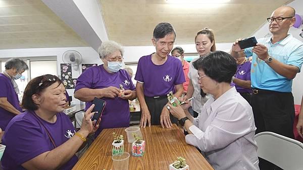 社區照顧關懷據點訪視 王惠美與長輩齊共餐2.jpg