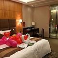 床上滿滿的氣球好浪漫