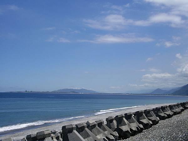 遠方左邊是海岸山脈,右邊是中央山脈