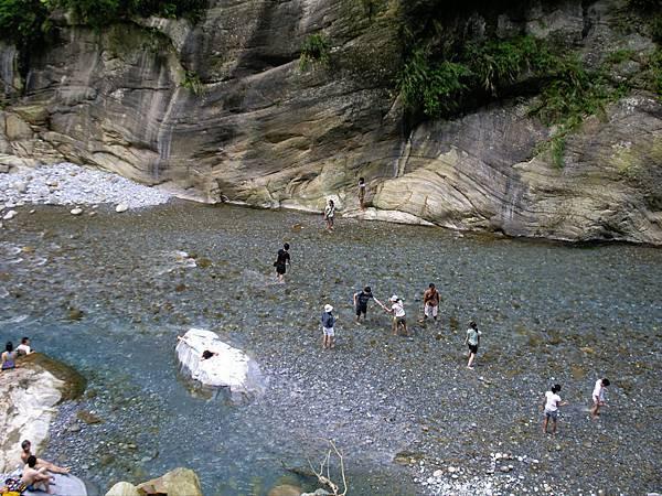 雖是峽谷,水流不急也不深