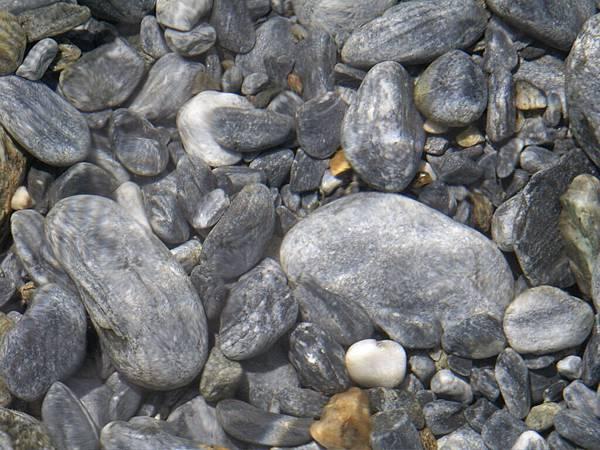 透過溪水仍清晰如直視的溪石