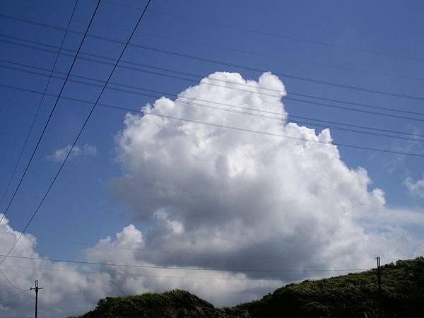 縱橫交錯的電線將天空分割成很不對稱的幾個象限