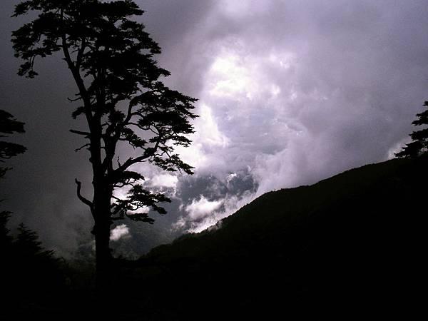前往光被八表碑的路上,風雲變色