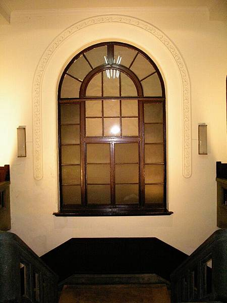 二樓樓梯口,有扇大窗戶