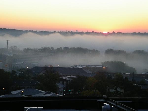霧氣籠罩的日出