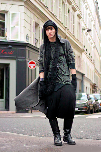Vintage Hat。 Rick Owens hoodie, shirts, and pants。 Ann Demeulemeester boots and pendant。 Self-made scarf。 Marc Jacobs gloves。 Dior bracelet。.jpg