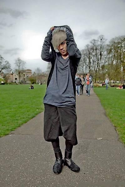 在英国劍橋的Green park,天氣瞬間變臉.  Long Top: The viridi anne   long piece:The viridi  anne  Shorts:Damir doma Boots:The viridi anne.jpg