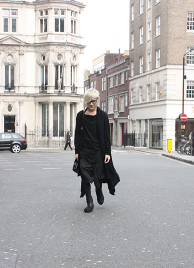 算是Daily look 了~ long pieces: OdynVoVK black Top:damir doma shorts:Damir doma Boots:The Viridi Anne.jpg