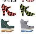 Prada 2011春夏最熱的彩條厚底鞋風靡时尚圈,彩纹编織涼凉鞋搭配同色系皮质圓搭扣,是摩登又經典的 Quant Mary Quant Jane鞋款。