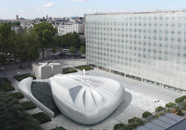 香奈兒將伊拉克裔英国建築師Zaha Hadid設計的展館,捐赠给巴黎阿拉伯世界文化中心(Arab World Institute)。