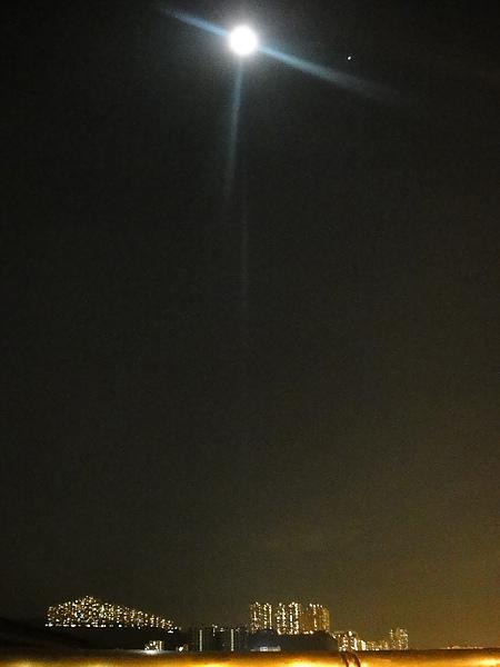 邊走邊看月亮..還是一樣亮!