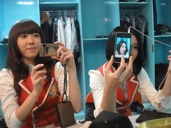 """我拍鏡子裡的姊姊在自拍~~@@"""""""