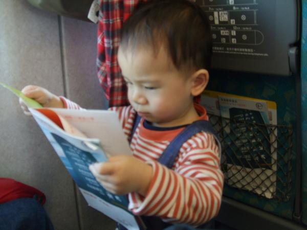 我有用功研究高鐵上的說明書 & 導覽唷