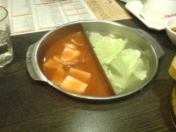 左邊是蕃茄鍋,右邊是軟滑土雞肉鍋