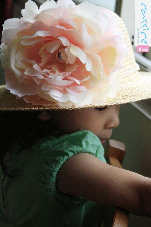 Emma戴珍珠大花朵遮陽花草帽