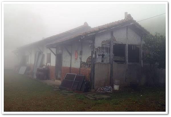 濃霧中山中小屋