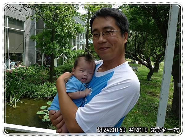 祐祐被吵得不能睡 爸比帶他來拍父子照
