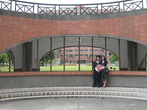 背後遠方的大樓式管理學院二館
