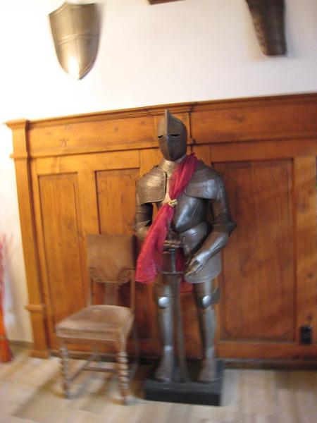 下榻旅館裡的盔甲