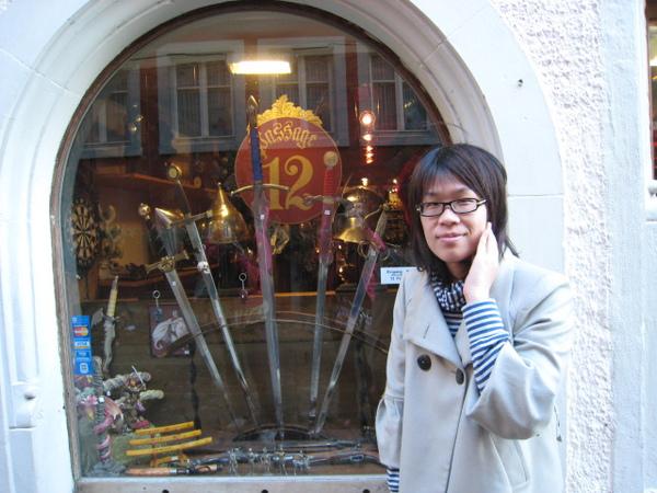 阿佳與寶劍櫥窗