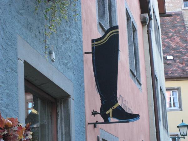 這間店想必是賣鞋的?