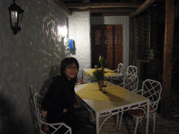 阿佳與房外的露天座椅