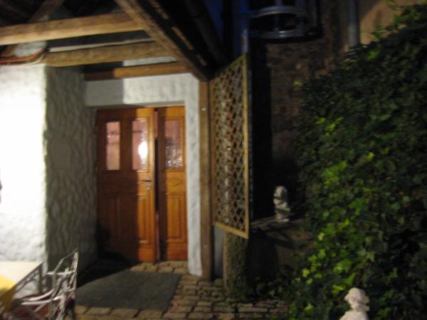 房間入口前有一段小迴廊和小巧的花圃