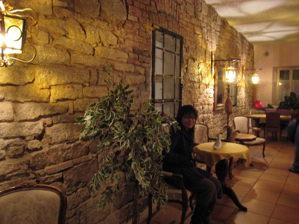 阿佳與旅館廳裡的一角