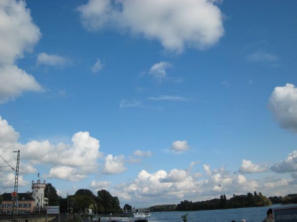 美麗的卷雲襯著萊茵河碼頭~