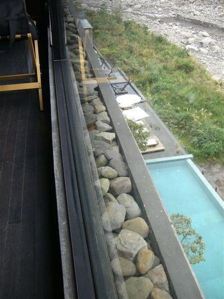 從我們的房間正好可以看到游泳池