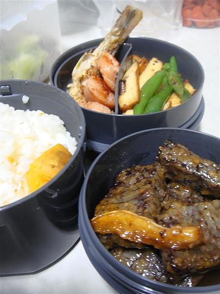 第N號便當,麻油米血,煎魚,香腸,碗豆和客家小炒,喔對了還有地瓜飯