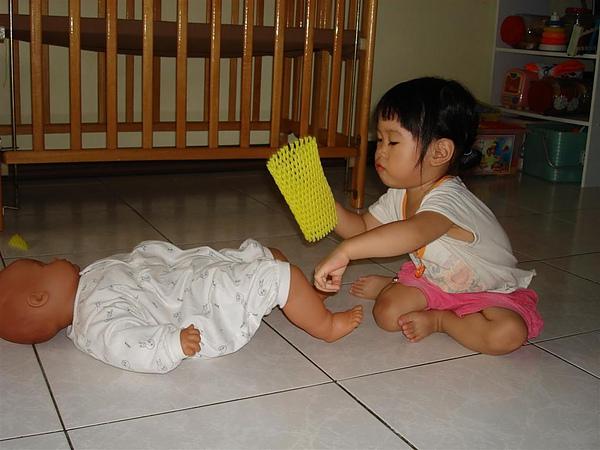 98.08.30-05 然後相同的動作就會發生在洋娃娃身上...