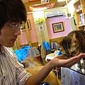 沛峰也來餵貓貓.JPG
