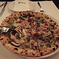 ㄟ...我忘記這個pizza的名字了~誰來幫我解答阿~~