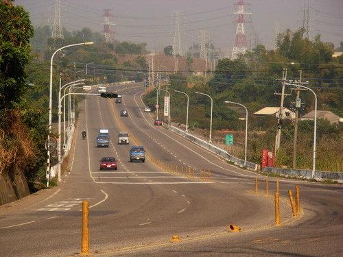 像長龍般的公路,延伸向遠方