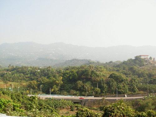 於南化市區向東遠望,下方道路是台3線,遠處則是烏山山脈