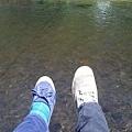 在纜車上,路過溪流,日本同學Saho的小腳與我的大腳