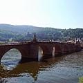 老橋,可以看見背後山上的城堡